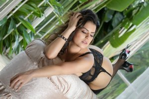 Onessa escorts in Pewaukee Wisconsin and tantra massage
